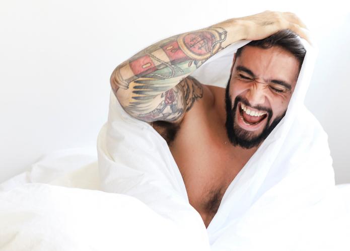 hombre contento en la cama